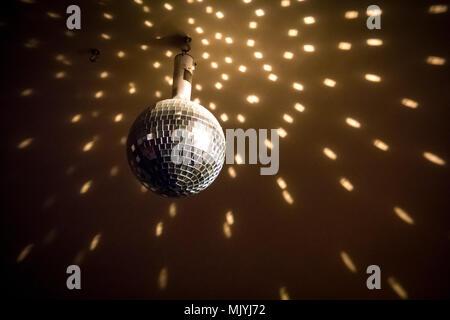 Disco ball Lichter in einer Bar in Brüssel Belgien - Stockfoto