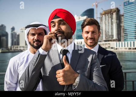 Multiethnischen Business Team Besprechung im Freien - Drei Unternehmer sprechen über Geschäft auf einem formellen Treffen - Stockfoto