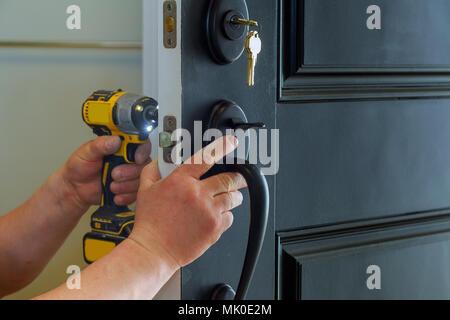 Haus außen Tür mit der Innenseite interne Teile des Schließmechanismus sichtbar eines professionellen Bauschlosser installieren oder Reparieren eines neuen deadbolt Verschluss - Stockfoto