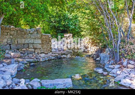 Die schnelle Mountain Stream läuft unter den steinernen Ruinen von Olympos - der antiken lykischen Siedlung mit gut erhaltenen Ruinen der Griechischen, Römischen und Byzantinischen peri - Stockfoto