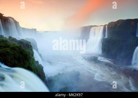 Den Iguassu oder Iguacu falls - der weltweit größten Wasserfall system an der Grenze von Brasilien eine Argentinien - Stockfoto