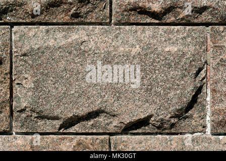 Rauhe Granit rechteckigen Block in der Zusammensetzung von Mauerwerk - Stockfoto