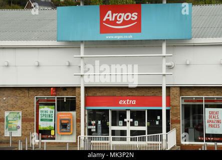 Großes Schild über dem Eingang zu einem Argos Store auf eine Retail Park - Stockfoto