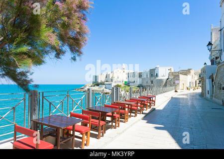 Vieste, Apulien, Italien - Essen an der Promenade von Vieste - Stockfoto