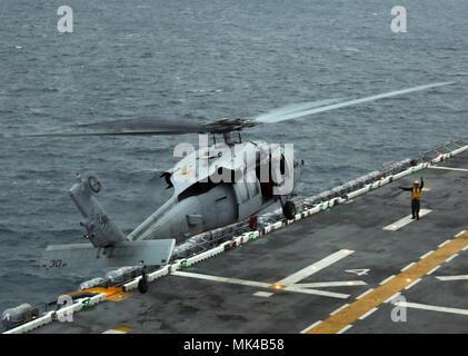Ein U.S. Navy MH-60S Seahawk mit Helikopter Meer Combat Squadron (HSC) 28, das ausgehend von den amphibischen Angriff Schiff USS Iwo Jima (LHD7) als Teil des kombinierten Composite Trainingsgerät Übung (COMPTUEX) im Atlantischen Ozean, Nov. 8, 2017. Die Übung ermöglicht, alle Elemente der Marine Air Ground Task Force (MAGTF) zu verbinden, in realistischen Szenarien, also der MEU als Ganzes trainieren und kann seine vorbereitende Ausbildung Ziele vor ihrer bevorstehenden Einsatz auf See treffen. (U.S. Marine Corps Foto von Cpl. Jon Sosner) - Stockfoto