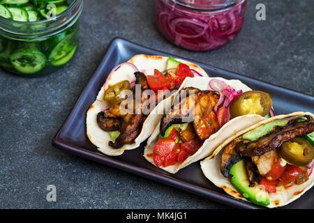 Veganen Tortillas mit Pilzen, Avocado, eingelegte Zwiebeln und Gurken - Stockfoto