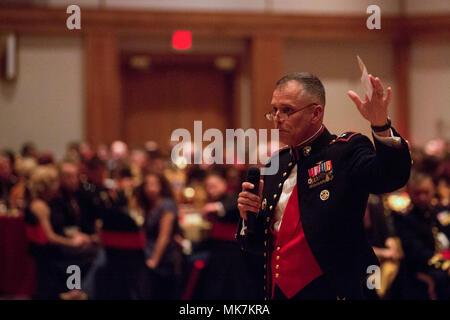 """Us Marine Corps Generalmajor Matthew G. Glavy, Kommandierender General der 2. Marine Flugzeugflügel, spricht mit dem Publikum während der Ball für 242Nd Geburtstag das Marine Corps"""" in New Bern, N.C., Nov. 10, 2017. Der Geburtstag Ball ist ein Weg der Gründung des Marine Corps sowie zu feiern, die der Geschichte und der Dienst, den Sie für die Vereinigten Staaten zur Verfügung gestellt haben. (U.S. Marine Corps Foto: Lance Cpl. Ethan Pumphret) - Stockfoto"""