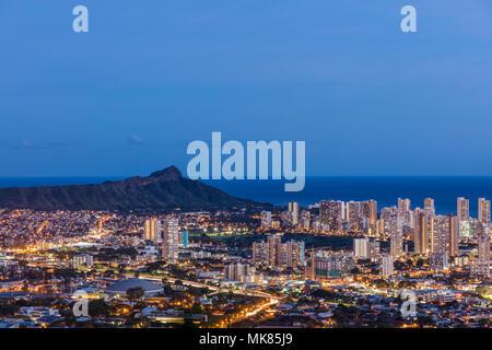 Einen Überblick über die Skyline in der Dämmerung von Honolulu Tanatlus fahren. - Stockfoto