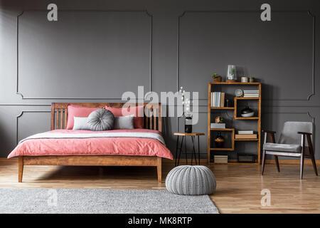 Rosa Sessel in Pastelltönen Schlafzimmer Einrichtung mit grünen Bett ...