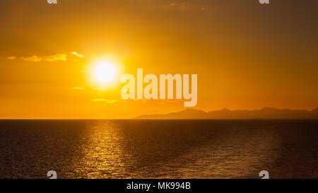 Lanzarote Sonnenuntergang. Sonnenuntergang über der Küste der spanischen Kanareninsel Lanzarote. Eine Yacht gesehen werden kann, die unter der Sonne am Horizont. - Stockfoto