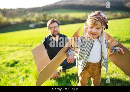 Happy toddler Boy Spielen im Freien mit Vater im Frühling Natur. - Stockfoto
