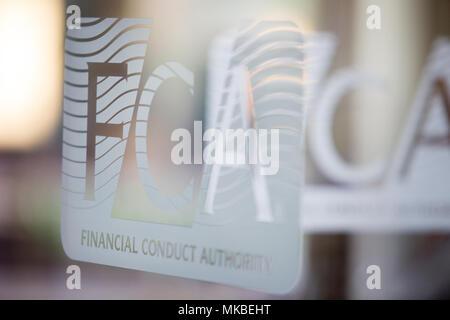 Finanzielle Durchführung Behörde (FCA) Büros, North Colonnade, Docklands, London. Bild zeigt Corporate Logo auf dem Glas Eingang - Stockfoto