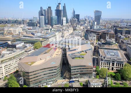 Ansicht der Stadt von London, als von der Golden Gallery von St. Paul's Cathedral. Eine neue Änderung wird im Vordergrund. - Stockfoto