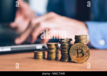 Bitcoin cryptocurrency Trader, Business mit moderner Technologie elektronische mit crypto Geld Handel person, Münzen im Vordergrund und definitiv gestapelt - Stockfoto