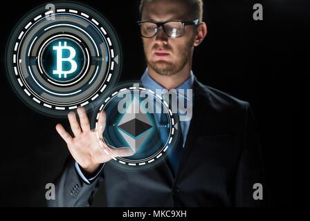Geschäftsmann mit cryptocurrency Hologramme - Stockfoto