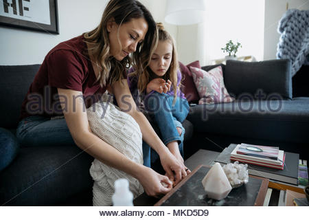 Mutter Malerei Tochter - Stockfoto