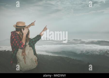 Ein junges Paar steht auf einem Hügel, romantische Moment der Paare an View Point knuddeln, schwarze Schatten liebende Menschen umarmen und küssen, Wandern Konzept. - Stockfoto