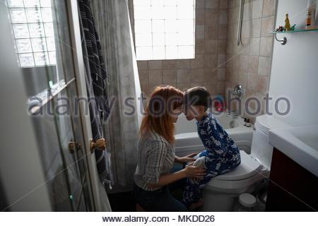 Mutter und Sohn, die Nasen aneinander zu reiben Stockfoto, Bild ...