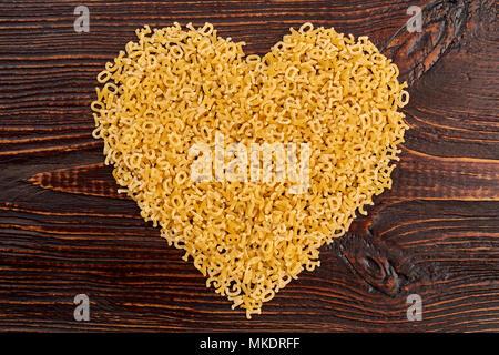 Form des Herzens aus dem Italienischen stelline Pasta. Kleine Makkaroni Buchstaben bilden Herzform. Happy Valentines Tag. - Stockfoto