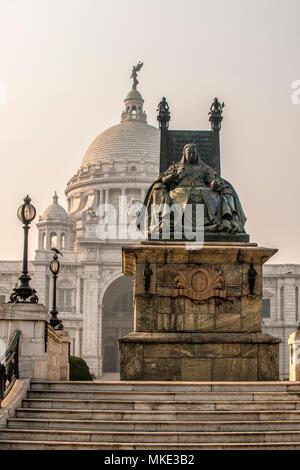 Große Bronze Statue von Queen Victoria auf einem Marmor Sockel vor dem Victoria Memorial, Kolkata, Indien - Stockfoto