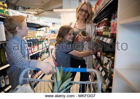 Mutter und Kinder Einkaufen im Markt - Stockfoto
