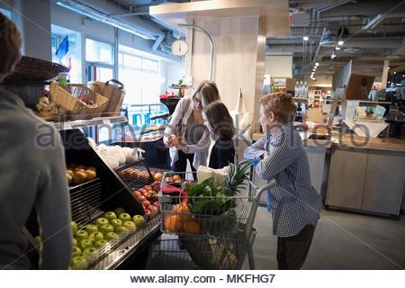 Mutter und Kinder Einkaufen, kommissionieren die Äpfel im Markt - Stockfoto