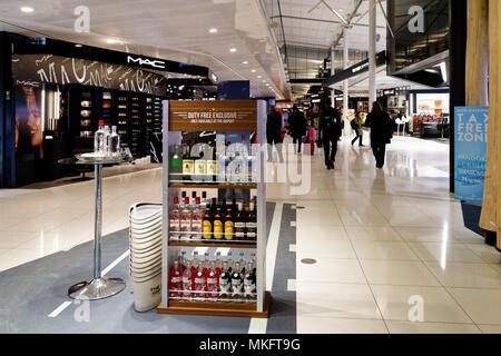 "Duty Free Shops in ""Shopping Bereich der Loop"" in Montreal Trudeau Flughafen - Stockfoto"