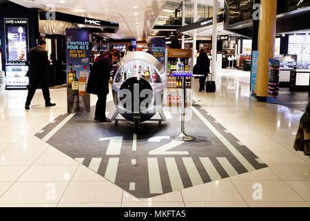 """Ein Alkohol Verkostung Bar im Einkaufszentrum der Loop"""" in Montreal Trudeau Flughafen - Stockfoto"""