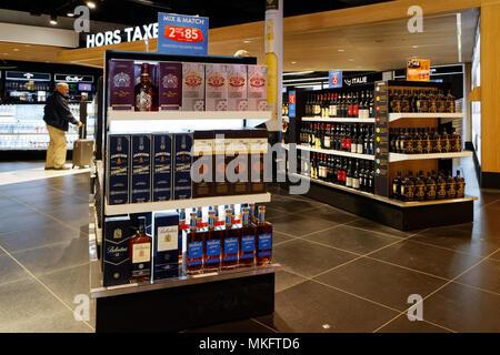 """Whisky auf Verkauf in Duty Free Shops in """"Shopping Bereich der Loop"""" in Montreal Trudeau Flughafen - Stockfoto"""