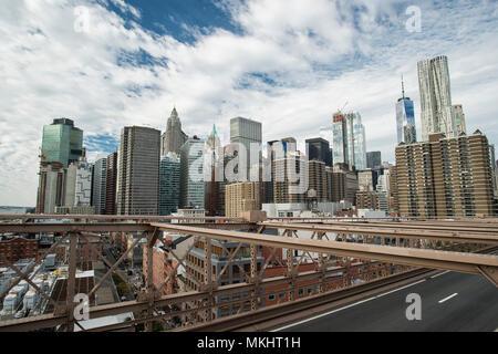 Manhattan Skyline von der schönen Brooklyn Bridge gesehen. Bewölkten Tag in New York City, USA.