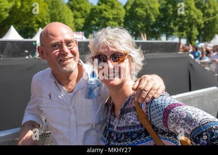 Paar mittleren Alters genießen Musik an der Befreiung fest in den Niederlanden - Stockfoto