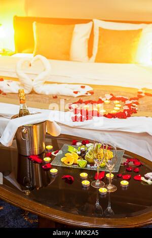 ... Hotel Zimmer Für Eine Hochzeitsreise: Eine Tabelle Mit Einem Obstteller  Und Kerzen, Im Hintergrund