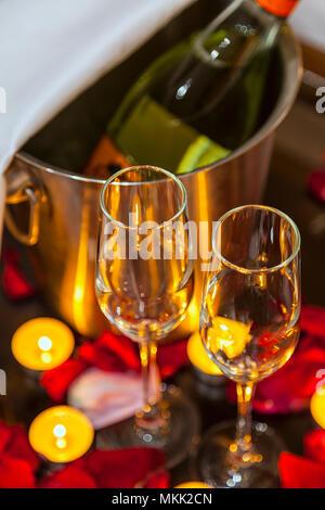 Close-up zwei Gläser für Sekt, Kerzen und Rosenblättern - Stockfoto