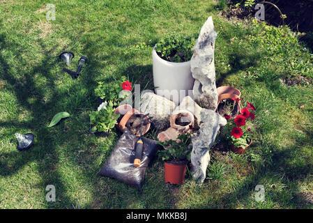 Steingarten und Blumen pflanzen - Stockfoto