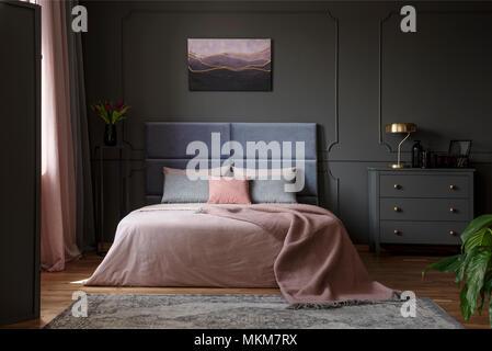 ... Pastellfarben Decke Auf Dem Bett In Rosa Und Blau Schlafzimmer  Innenraum Mit Gold Lampe Auf Grau
