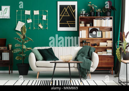 Gemütliche, Designer Wohnzimmer Mit Bibliothek, Antike Holzregal, Beige  Sofa Und Moderne, Abstrakte