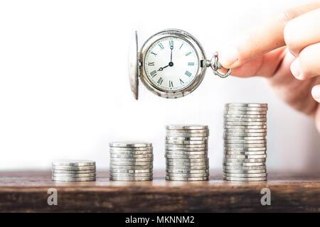 Geld Wachstum Münze Silber und Baum junge Hand weißen Hintergrund und alte silberne Taschenuhr Uhr - Stockfoto