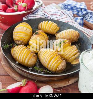 Rustikale hasselback Kartoffeln mit frischem Thymian und Meersalz - Stockfoto