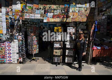alte schilder shop von einem antiquit tenh ndler in der n he von bucksport maine usa stockfoto. Black Bedroom Furniture Sets. Home Design Ideas