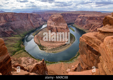 Den Colorado River am Horseshoe Bend - einem bewölkten Abend am Horseshoe Bend, Page, Arizona, USA. - Stockfoto