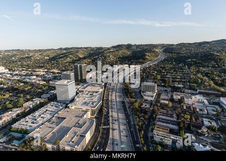 Am späten Nachmittag Luftaufnahme von San Diego 405 Freeway in der Nähe von Ventura Blvd im San Fernando Valley Gegend von Los Angeles, Kalifornien. - Stockfoto