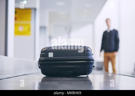 Anreise mit dem Flugzeug. Koffer auf Gepäckausgabe im Flughafen Terminal. - Stockfoto