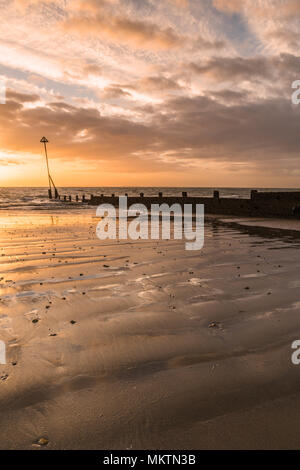 Holz- buhnen Pol, in Selsey, West Sussex - Stockfoto