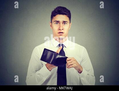 Mann ohne Geld. Geschäftsmann Holding leere Brieftasche - Stockfoto