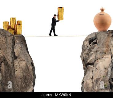 Unternehmer bewegt sich ein Haufen von Münzen zu einem kässeli. Konzept der Schwierigkeit, Geld zu sparen - Stockfoto