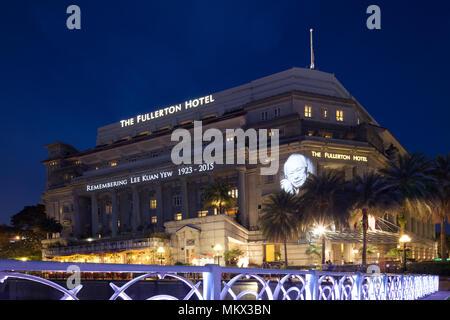 Das Fullerton Hotel erinnern, Herr Lee Kuan Yew, der sich am 23. März 2015 in Singapur übergeben. - Stockfoto