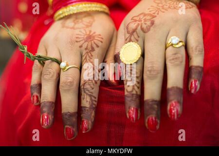 Hindu's Nepalesische Braut Hände mit Hochzeit Ringe am Tag der Hochzeit. - Stockfoto