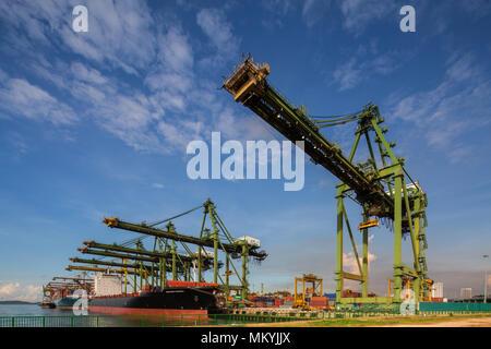 Nahaufnahme der Containerbrücken während des Hebens - Stockfoto