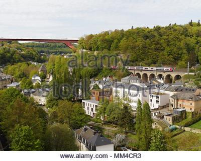 Großherzogin Charlotte Bridge, Eisenbahnviadukt mit Zug, Pfaffenthal, Luxemburg Stadt, mit Kopie Raum - Stockfoto