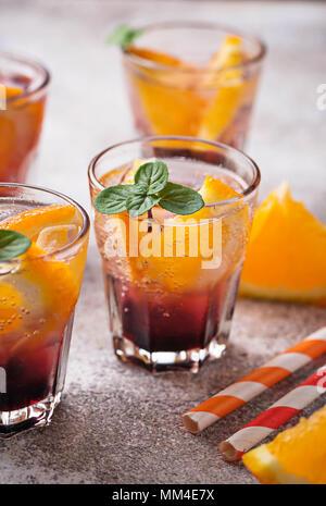 Im Sommer trinken Sie mit Orange und Beeren - Stockfoto